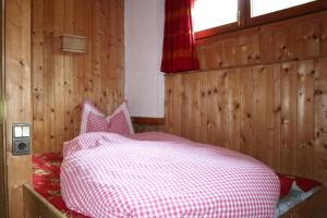 chalet schneider vals ferienhaus f r 2 8 personen mieten. Black Bedroom Furniture Sets. Home Design Ideas